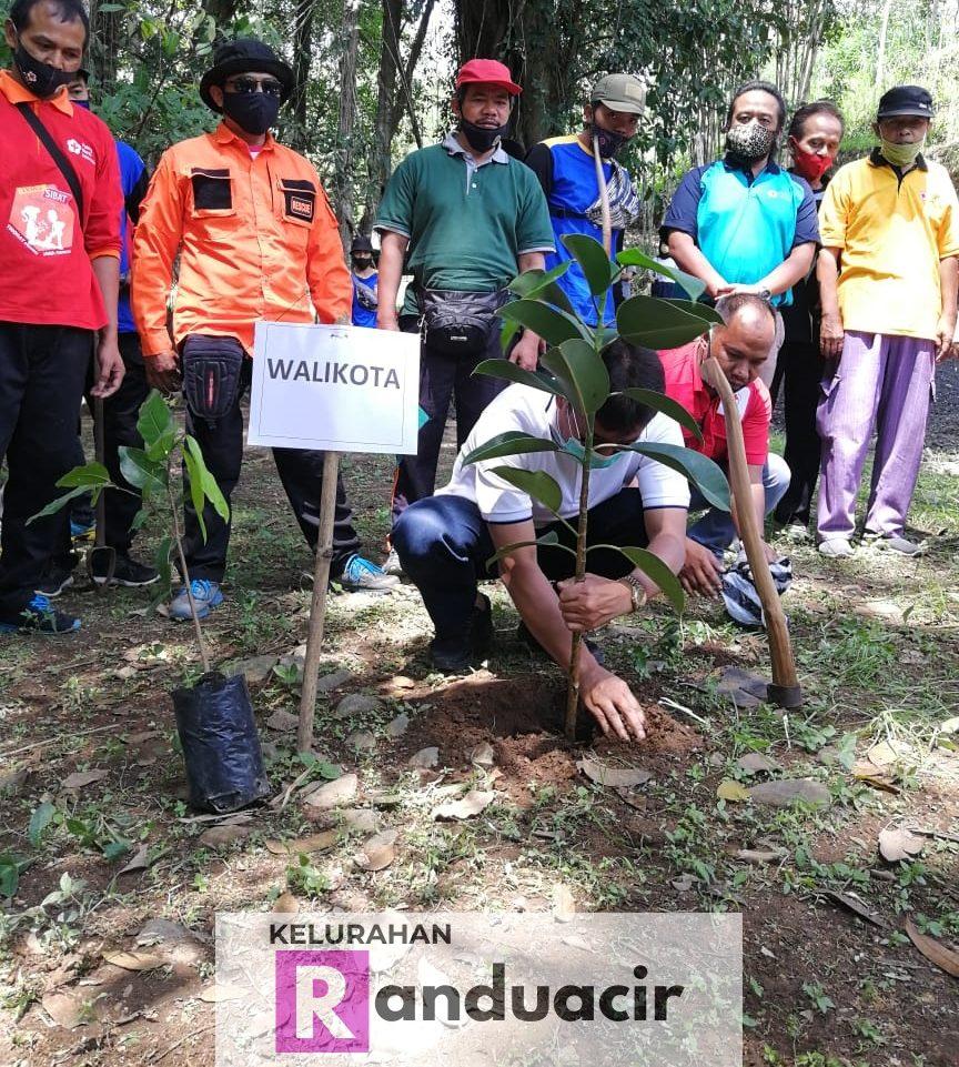 Kegiatan Tanam Pohon dan Konservasi Mata Air Salatiga oleh PMI Kota Salatiga.